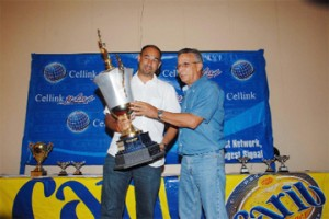 Local Number One! Group 2B and 3 Guyana 2008 champion Ryan Rahaman receives the Gavin Narine Memorial Trophy from Stuart Stephenson.
