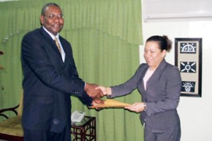 Eaton Chester presenting his letters of credence to Minister of Foreign Affairs Carolyn Rodrigues. (GINA photo)