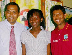Finally I'm meeting him! 2009 Sportswoman-of-the-Year Alika Morgan (centre), sharing a light moment with Minister of Sport Dr. Frank Anthony (left) and West Indies star batsman and 2009 Sportsman-of- the-Year  Shivnarine Chanderpaul (right).