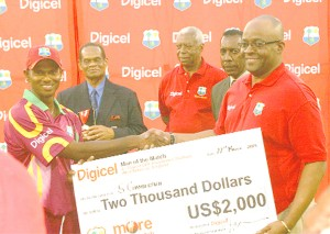 Shivnarine Chanderpaul receives the man of the match cheque from Digicel's Donovan Whyte. (Orlando Charles photo)