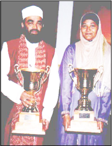 2005 International Qaseeda senior competition winners Hajji Abdus Sattaur Yanki of Holland and Guyanese Shameeza Sakur display their trophies.