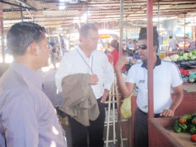 Private Sector Commission Chairman Captain Gerry Gouveia talks with Guyanese in Puerto Ordaz
