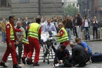 Rescue workers work at the scene of a powerful explosion that rocked central Oslo July 22, 2011. REUTERS/Berit Roald/Scanpix