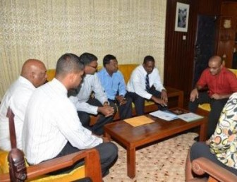 President Bharrat Jagdeo (right) in discussion with the team yesterday. (GINA photo)