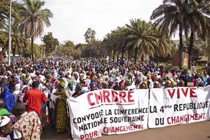 Women hold banners urging national talks to end the political paralysis in the south of Mali, in the capital Bamako yesterday. Mali's army clashed with Islamist rebels along the front line in northern Mali yesterday and said its forces had seized an important town, but the insurgents denied the claim. (Reuters/Francois Rihouay)
