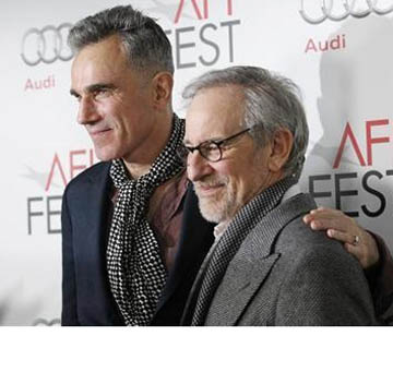 Director of the movie Steven Spielberg (R) and cast member Daniel Day-Lewis pose at the premiere of ''Lincoln'' during the AFI Fest 2012 at the Grauman's Chinese theatre in Hollywood, California November 8, 2012. (Reuters/Mario Anzuoni)