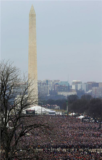 Hundreds of thousands of people fill the National Mall for inauguration ceremonies in Washington. (Reuters/Jim Bourg)