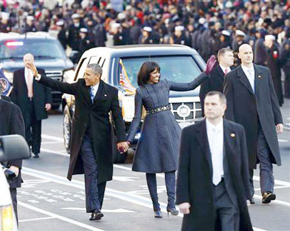 US President Barack Obama and first lady Michelle Obama walk down Constitution Avenue after emerging from the presidential limousine during the inaugural parade from the Capitol to the White House in Washington, January 21, 2013. (Reuters/Jason Reed)