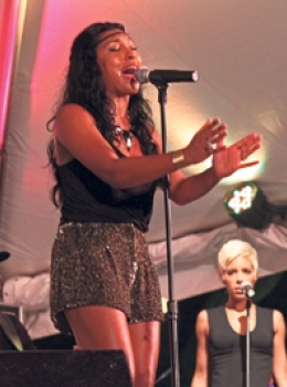 Melanie Fiona performing (Barbados Nation photo)