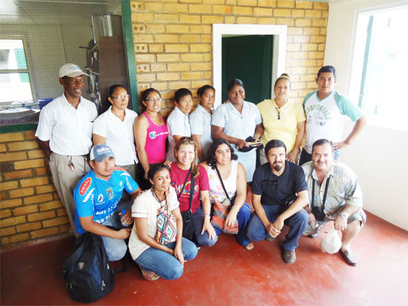 The Bolivians posing with the Aranaputa Agroprocessors Group
