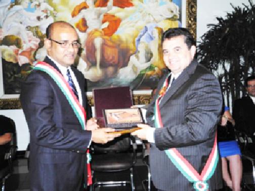 Governor of the state of Roraima, Jose Anchieta Junior (right) presenting the award to former President Bharrat Jagdeo. (GINA photo)