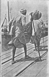 Disembarking from the boat, 1913