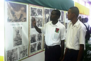 Students viewing the exhibits (Government Information Agency photo)