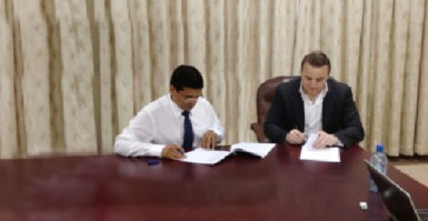 """Guyana Franchise Partner Dr Ranjisingh """"Bobby"""" Ramroop and CPL Chief Executive Officer Damien O'Donohoe signing the contract."""