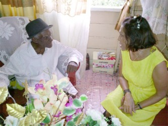 Edmund Forde chatting with First Lady Deolatchmee Ramotar (PPP photo)