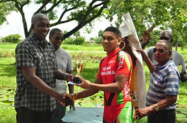 Alanzo Greaves receiving his winner's trophy from Banks DIH Brand Manager of Malta Supreme, Clayton McKenzie. (Orlando Charles photo)