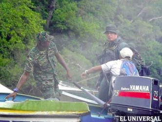 A Guyanese officer received the boat with Venezuelans on board (El Universal/Handout photo)