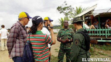 A Guyanese officer and a Venezuelan officer talking in Eteringbang (El Universal/Handout photo)