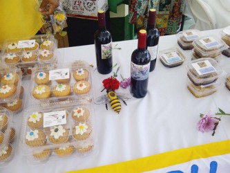 Cakes, Jamoon wine sweetened with honey and honeycombs