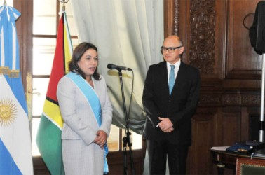 Carolyn Rodrigues-Birkett speaking after the presentation of the award in the presence of Argentinian Foreign Affairs Minister Hector Timmerman.