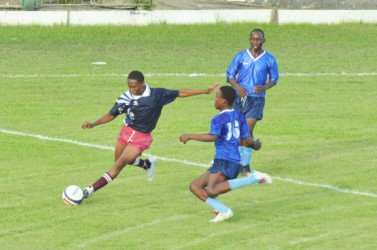 Action during the Wisburg/East Ruimveldt game at the GCC ground. (Orlando Charles photo)