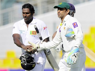 Sri Lanka captain Angelo Matthews and Pakistan skipper Younis Khan shake hands. (Photo courtesy of Cricket 365)