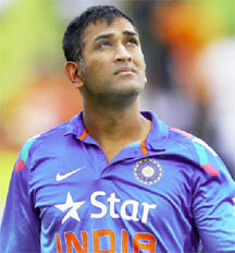 India skipper Mahendra Singh Dhoni keeps an eye on the sky during the rain affected second ODI against New Zealand yesterday. (Cricket 365 photo)