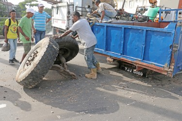 The axle of this trailer that was transporting a large amount of stone into the city broke on Saffon Street yesterday.