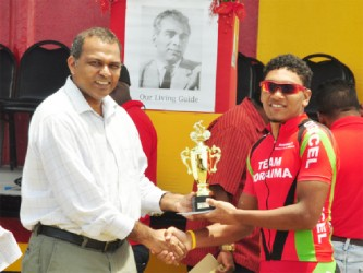Alanzo Greaves receiving the championship trophy from Minister of Sport, Dr. Frank Anthony. (Orlando Charles photo)