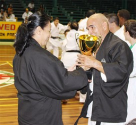 Shihan Maureen Woon-a-Tai presents the South American Cup to the Venezuelan Master.