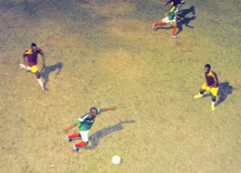 GDF's Delwyn Fraser (centre) passing the ball during a counter strike in his side's 2-1 victory over Riddim Squad