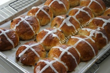 Cross Buns with traditional Cross-glaze (Photo by Cynthia Nelson)