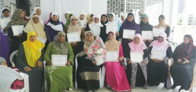 Sultana Jamaludeen (third left) flanked by the participants and members of the NISA executive