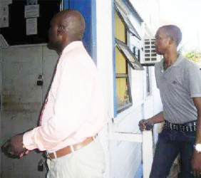 Inspector Dexter Thornton (left) and Constable Earwin Forrester (right) heading into the Sparendam Police Station moments after they made their first court appearance.