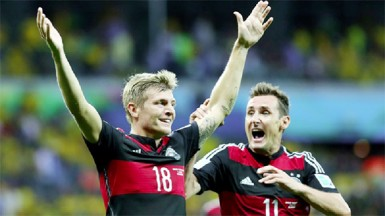 Toni Kroos (L) of Germany celebrates scoring his team's third goal with his teammate Miroslav Klose during the 2014 FIFA World Cup Brazil Semi Final match between Brazil and Germany yesterday. (FIFA.com photo)
