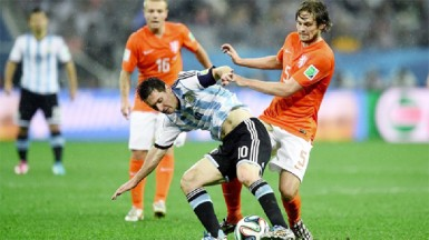 Lionel Messi of Argentina and Daley Blind of the Netherlands compete for the ball during the 2014 FIFA World Cup Brazil Semi Final match between Netherlands and Argentina at Arena de Sao Paulo yesterday. (FIFA.com photo)