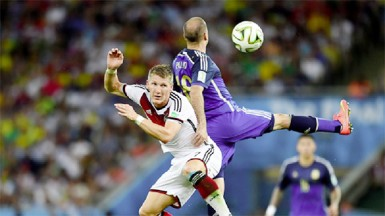 Bastian Schweinsteiger of Germany and Rodrigo Palacio of Argentina compete for the ball during the 2014 FIFA World Cup Brazil Final match between Germany and Argentina at Maracana yesterday (FIFA.com photo)