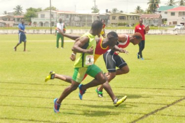 Dead Heat! The final of the boys 100m which was won by Kevin Abbensetts (far right). (Orlando Charles photo)