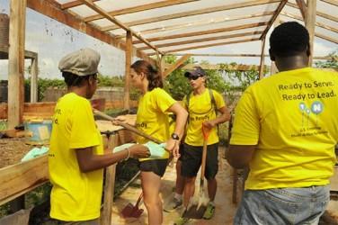 The volunteers at work (US Embassy photo)