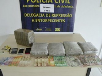 Some of the narcotics were found in the handbags of Khumwatte and Fabiola Adams; money and mobile phones were also seized (Photo: Emily Costa / Globo 1)