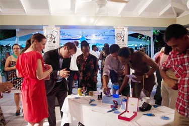 Patrons bidding at the auction (Canadian High Commission photo)