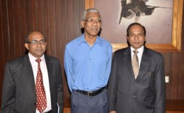 Head of State President David Granger (centre) along with India's High Commissioner to Guyana (at left) Venkatachalam Mahalingam and India's Vice Minister and Special Secretary, Americas, R. Swaminathan (GINA photo)