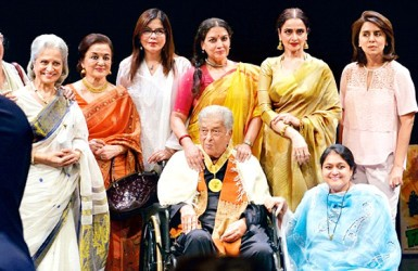 Yesteryear star Shashi Kapoor with (from left) Wahida Rehman, Asha Parekh, Zeenat Aman, Shabana Azmi, Rekha, Neetu Kapoor, and Supriya Pathak after receiving the Dadasaheb Phalke Award in Mumbai (PTI photo)