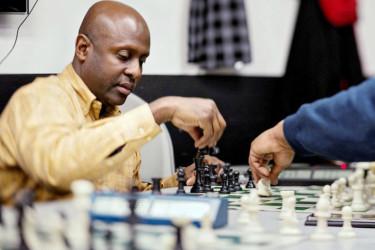 Jerald Times, một giáo viên trung học từ Harlem, dạy trẻ em nghèo các trò chơi của cờ vua.  Times là một nhà vô địch của Harlem ở tuổi 14, và được xem là một trong năm cầu thủ da đen mạnh nhất trên thế giới.  Ông mài dũa kỹ năng của mình trong cờ vua bằng cách chơi chống lại dâm đường phố ở New York.  Ông lưu ý rằng họ mang lại một tinh thần dẻo dai cho các trò chơi.  Cách đây không lâu, lần tham gia vào các sinh viên của mình ở tốc độ cờ vua, nơi người chơi có vài phút để hoàn thành trò chơi.  Họ đấm một đồng hồ chạy trò chơi sau mỗi lần di chuyển, và tốc độ tanh tách thử nghiệm một máy nghe nhạc của các phản xạ, các dây thần kinh và sự tự tin.