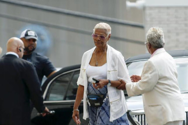 Singer Dionne Warwick (C) attends the funeral service of Bobbi Kristina Brown at the Whigham Funeral Home in Newark, New Jersey August 3, 2015. (Reuters/Eduardo Munoz)