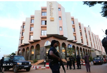 A Malian police officer stands guard in front of the Radisson hotel in Bamako, Mali, November 20, 2015. Reuters/Joe Penney