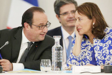 French President Francois Hollande (L) speaks with French Minister for Ecology, Sustainable Development and Energy Segolene Royal as they attend 'The Climate Challenge and African solutions' event during the World Climate Change Conference 2015 (COP21). Reuters/Philippe Wojazer