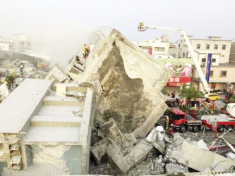 Rescue personnel work on damaged buildings after an earthquake in Tainan, southern Taiwan, February 6, 2016. (Reuters/Pichi Chuang)