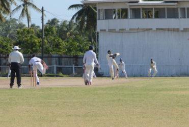 Kandasammy Surujnarine hooks during his innings of 35. (Orlando Charles photo)
