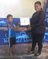 Candacy Mc Kenzie presents a certificate to one of the participants.
